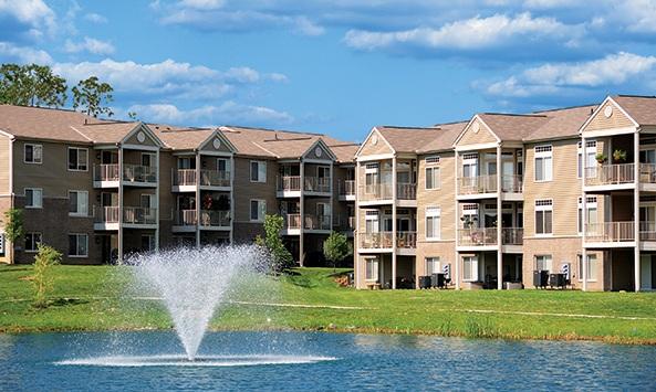 建物が池を囲んでいる写真