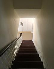 階段は玄関のドアに面してはいけない