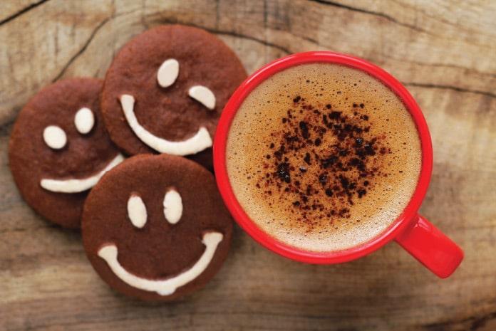 笑顔のクッキーとコーヒー