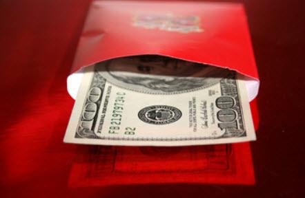 赤い封筒に入れた紙幣