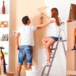 壁を塗るカップル